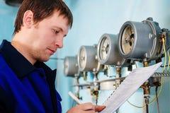 工程师,工作者登记传感器和压力表读书  供水和暖气控制  免版税库存图片