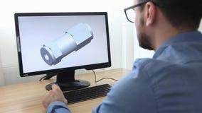工程师,建设者,玻璃工作的设计师在个人计算机 他是创造,设计一个新的3个d模型机械 股票录像