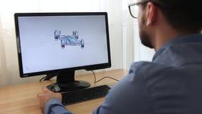 工程师,建设者,玻璃工作的设计师在个人计算机 他是创造,设计汽车chassi一个新的3个d模型  股票视频