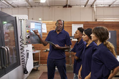 工程师CNC机器的训练学徒 免版税库存图片