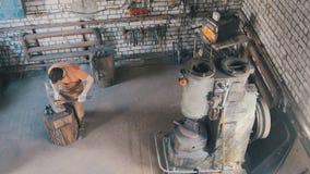 工艺人-铁匠拔出火金属细节,顶视图 图库摄影