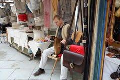 工艺品产品编织与由的老方法做的老metCesky Krumlov工艺品产品saddlerhods在织布机 免版税库存图片