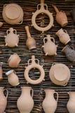 工艺品在桦树墙壁上的黏土产品 库存图片