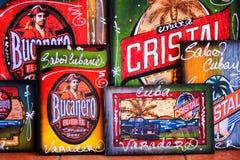 工艺品待售在一个旅游市场上在古巴 库存照片