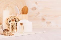 工艺品自然化妆用品-在柔光米黄木桌,拷贝空间上的白色奶油、油、毛巾和浴辅助部件 免版税库存图片