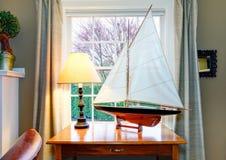 工艺品风船-经典客厅的d巨大装饰想法 库存图片
