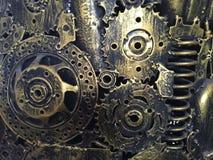 工艺品从使用的备件的金属艺术品 小块分开,金属齿轮、汽车、汽车,摩托车等 免版税图库摄影