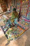 工艺品perpared待售由农村印地安妇女 库存照片