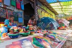 工艺品perpared待售由有孩子的农村印地安妇女 免版税库存照片