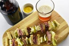 工艺啤酒用五香熏牛肉三明治开胃菜 免版税库存照片