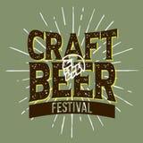 工艺啤酒节日印刷标签设计用蛇麻草和A Su 库存照片