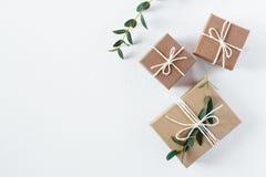 工艺在白色背景的礼物盒 库存照片