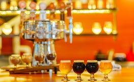 工艺在酒吧的啤酒飞行 免版税库存图片