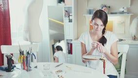 工艺大师采取石头和装饰刺绣细节 刺绣 股票视频