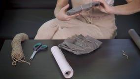 工艺妇女是在包装与手工制造项目,手特写镜头的定象贴纸  股票视频