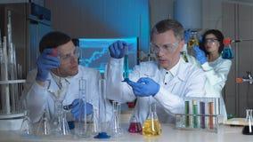 工艺师或科学家在一个化工实验室 免版税图库摄影
