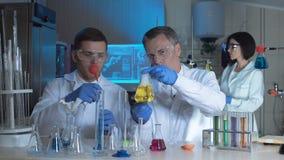 工艺师或科学家在一个化工实验室 股票录像