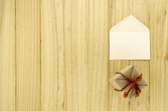 工艺有信封的礼物盒顶视图在木头 图库摄影