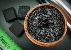 工艺烟草的水烟筒混合在shisha碗的 库存图片