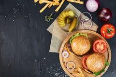 工艺牛肉汉堡 顶视图 免版税库存图片