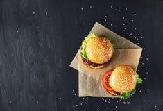工艺牛肉汉堡 顶视图 免版税图库摄影
