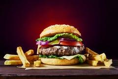 工艺牛肉汉堡 免版税库存图片