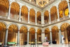 工艺美术博物馆庭院内部与石专栏和长沙发的 免版税库存照片