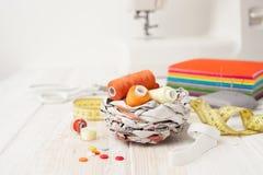 工艺,缝合,缝合在缝纫机,缝合与您的h 免版税库存图片