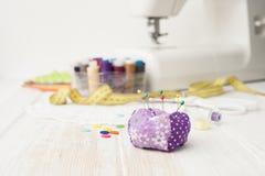 工艺,缝合,缝合在缝纫机,缝合与您的h 免版税图库摄影