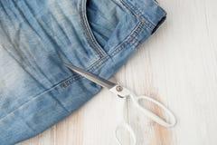 工艺,缝合,缝合在缝纫机,缝合与您的h 免版税库存照片