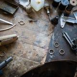 工艺jewelery做的运转的书桌 免版税库存图片