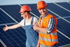 工头和雇员太阳能驻地的 免版税库存图片