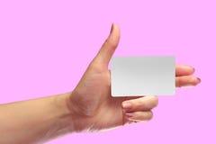 左女性手举行空白白色卡片大模型 多孔的西姆 免版税库存图片