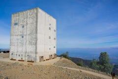 左站立在登上Umunhum顶部的雷达塔 免版税库存图片