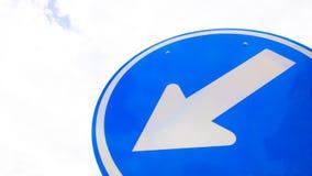左箭与天空的交通标志 免版税库存图片
