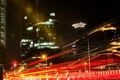 左航行灯长的曝光夜法兰克福德国Westend塔 库存图片
