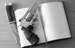 左轮手枪和猎刀 库存照片