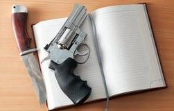 左轮手枪和猎刀 库存图片