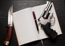 左轮手枪和猎刀 免版税库存照片
