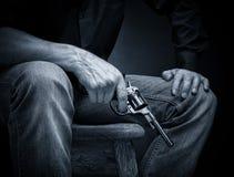 左轮手枪在他的手上 免版税库存图片