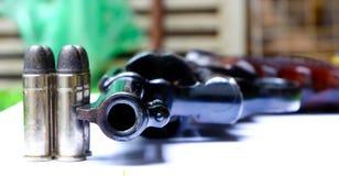 左轮手枪枪在手中在白色背景 库存图片