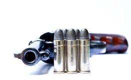 左轮手枪枪在手中在白色背景 免版税库存照片