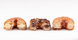 巧克力、奶油和原始的新月形面包和多福饼混合物 免版税库存图片