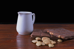 巧克力、牛奶和杏仁 库存照片