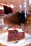 巧克力、红葡萄酒和樱桃蛋糕 免版税库存图片