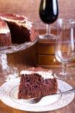 巧克力、红葡萄酒和樱桃蛋糕 库存图片