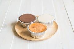 巧克力、香草牛奶和牛奶茶软的蛋糕 免版税库存照片