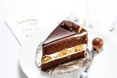 巧克力与一张愉快的面孔的生日蛋糕,演播室射击 免版税库存图片