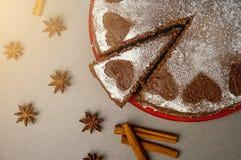 巧克力与可可粉奶油的饼干蛋糕与从搽粉的糖的小心脏 点心 华伦泰` s日概念 平的位置上面竞争 免版税库存照片