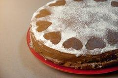 巧克力与可可粉奶油的饼干蛋糕与从搽粉的糖的小心脏 点心 华伦泰` s日概念 免版税库存照片